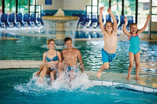 Hopp, hopp, schnell ins Wasser, über den Rand des Schwimmbeckens!