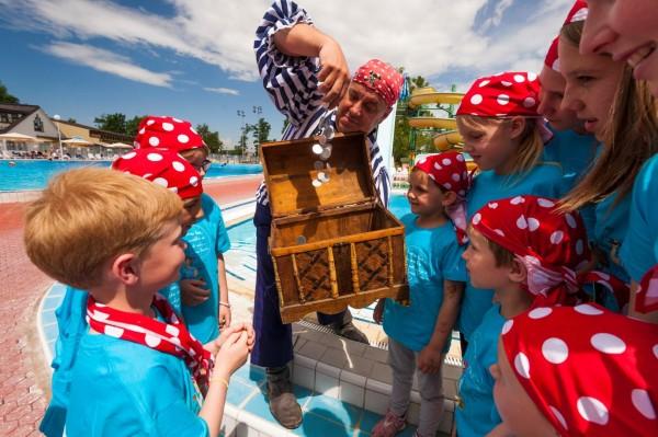 Ein Gruß, ein Zwinkern – Piraten kennen alle Tricks, um Spaß zu haben!