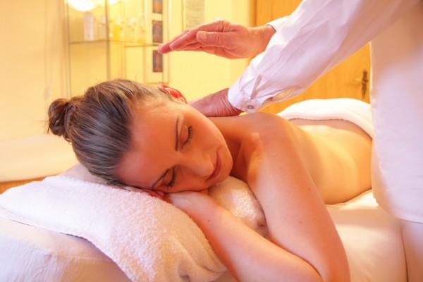 Körpermassage mit warmen Kräuterbündeln